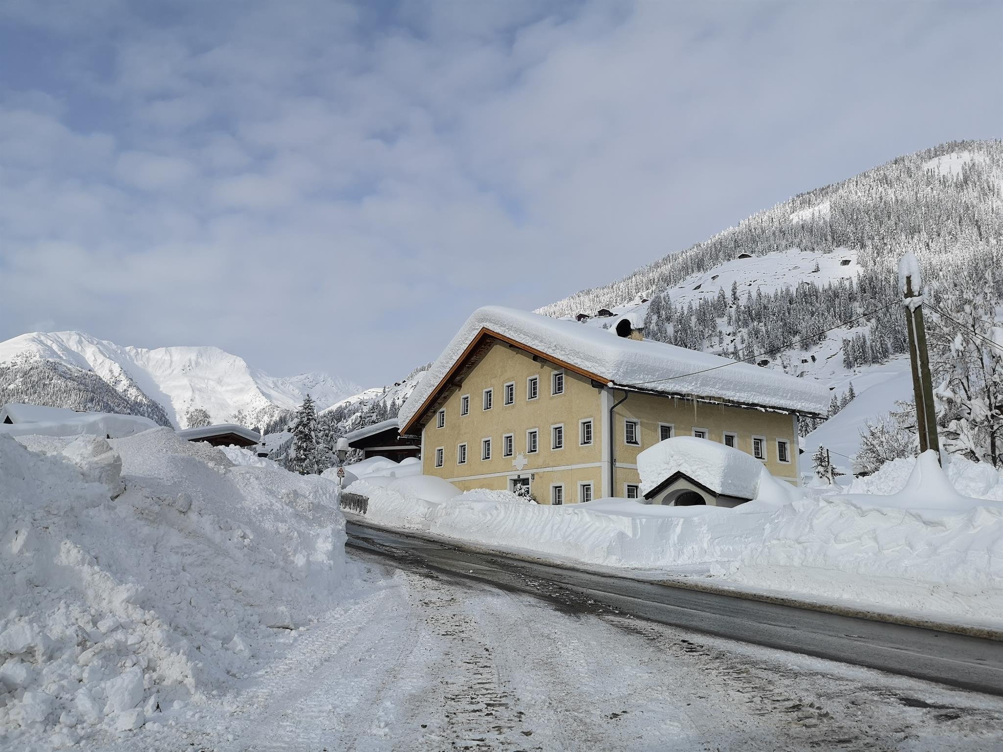 Altes-Schmiede-Haus-Aussenansicht.jpg