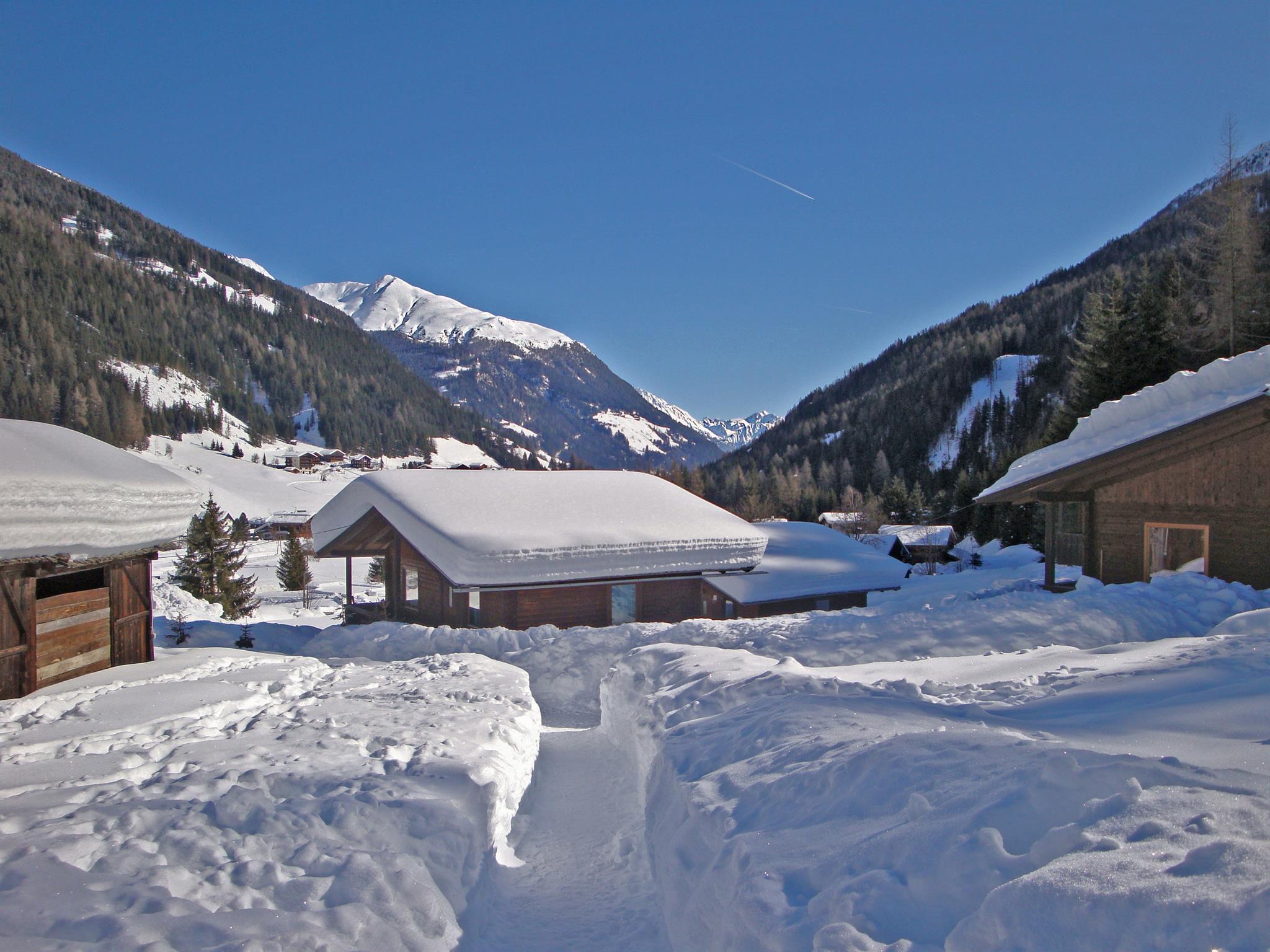 Bungalow-mit-viel-Schnee.jpg