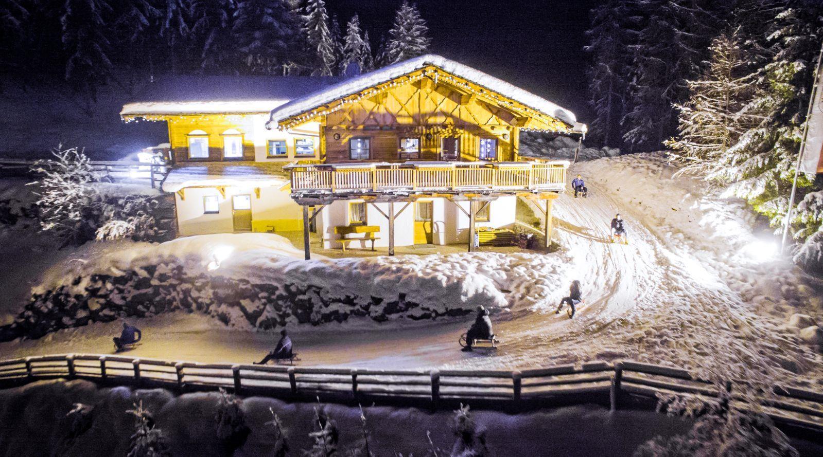 Huette-Winter-mit-Rodler.jpg