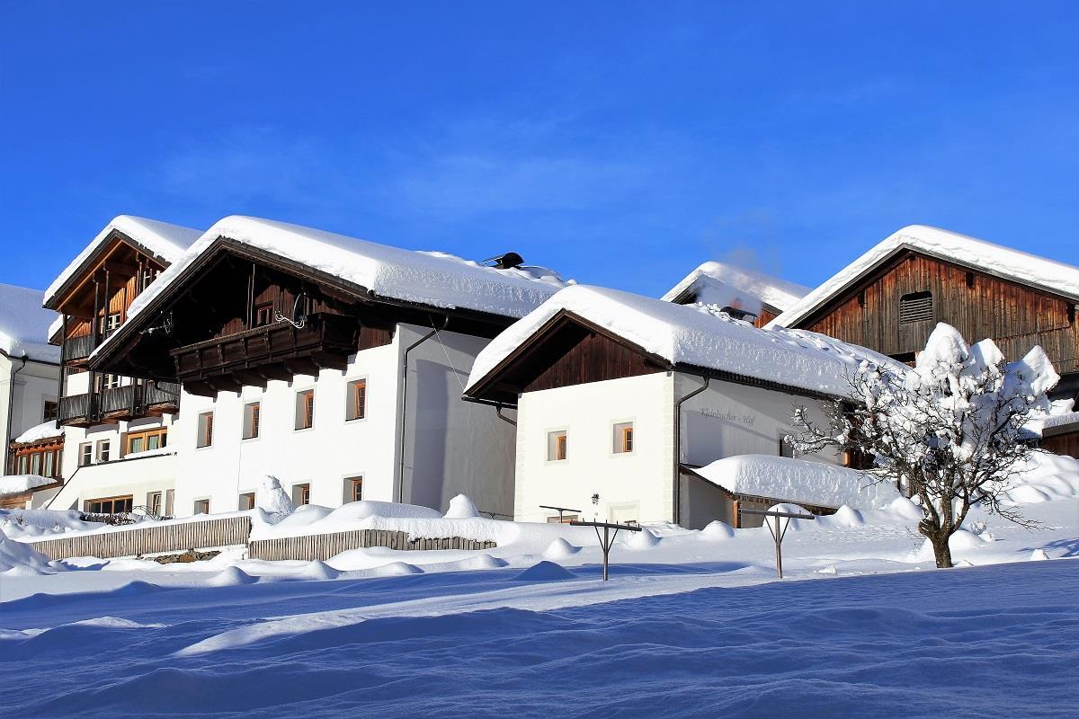 Kleinbacherhof-tief-verschneit.jpg