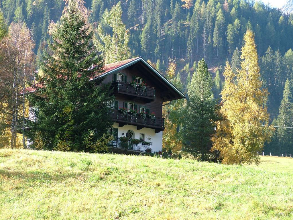 Landhaus-Kaulfuss-im-Sommer-inmitten-gruener-Wiese.jpg