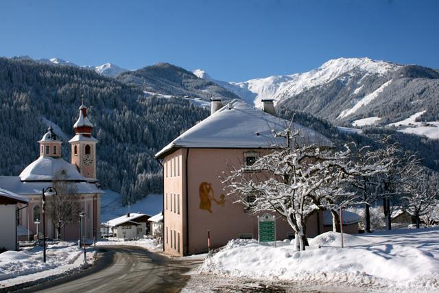 Pfarrhof-mit-Dreifaltigkeitskirche.jpg