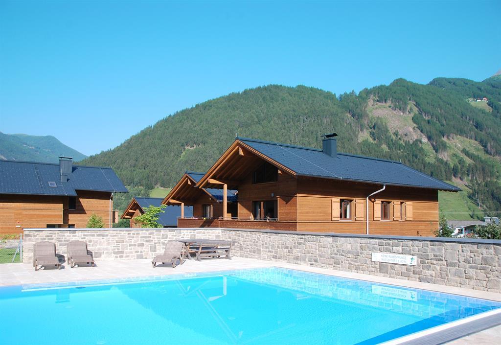 Pool-mit-Blick-auf-die-Lodges.jpg