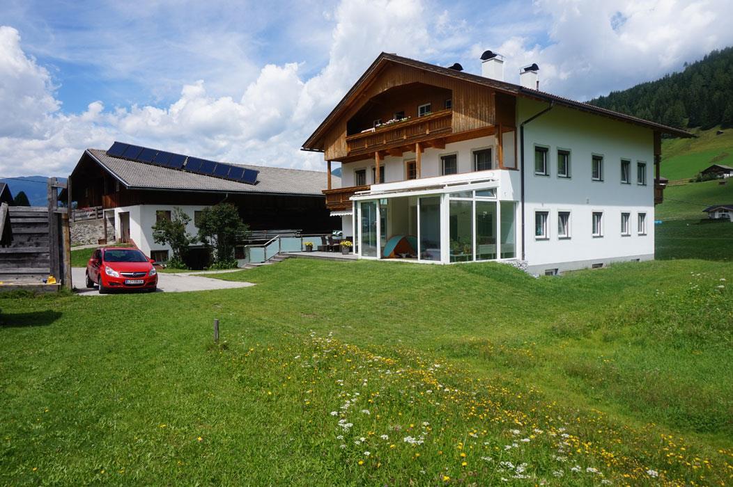 Wohnhaus-mit-dem-Stall-im-Hintergrund.jpg